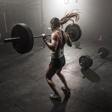 woman-barbell-dark-gym.jpg